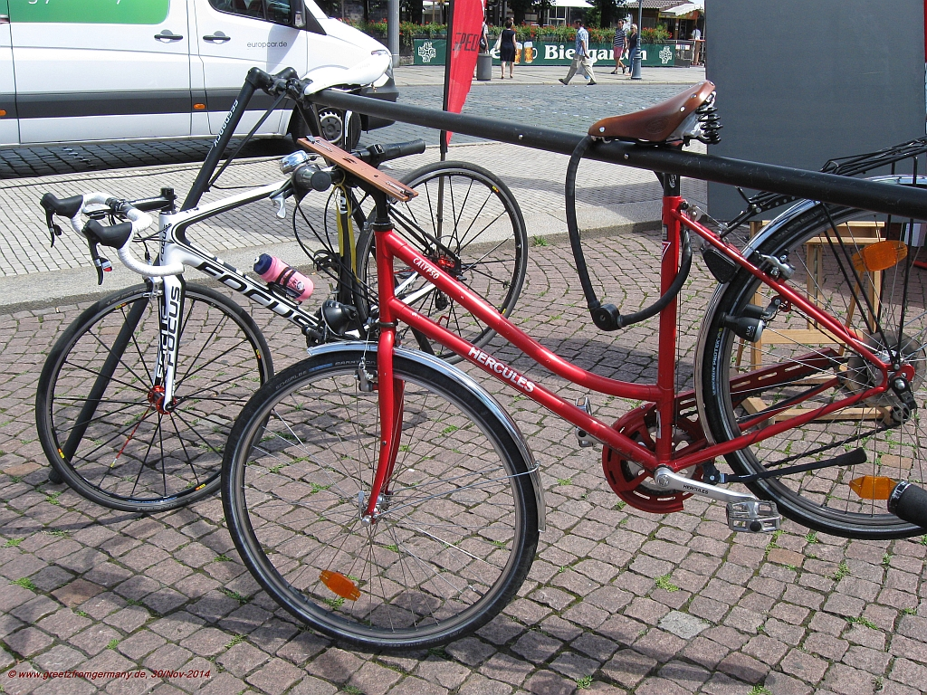 Lightweight and cheap means of bike protection: a parking space next to a much more attractive and more expensive bike (note that it is only the old one that got chained by its owner, in this case, though ...)
