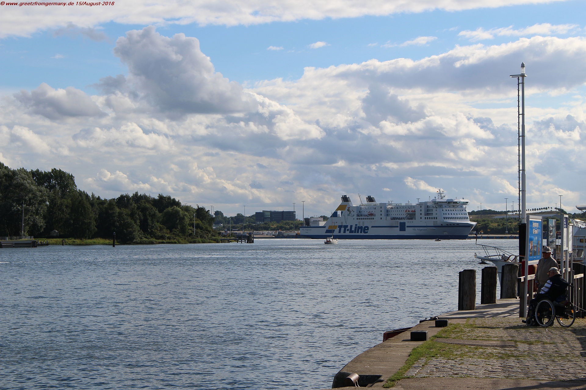 In Travemünde, big and small meet: River Trave meets the Baltic Sea, and the small boats that accompanied the blogger along the Trave canal better get out of the way of huge cruise ships.